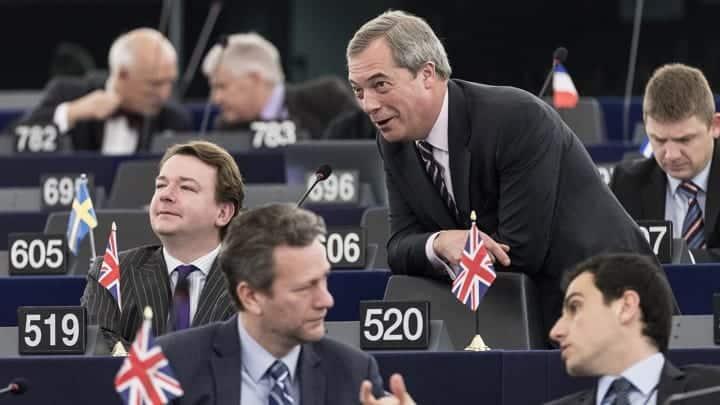 Nigel Farage celebra con il neoeletto Brexit Party